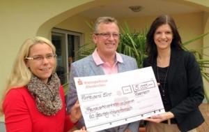 Wolfgang Hombach übergab 5.000 Euro an die Vertreterinnen der Freunde der Kinderkrebshilfe Gieleroth, Alexandra Schleiden (links) und Desiree Birk. Foto: pr