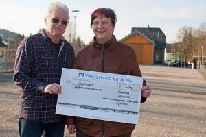 Überschuss vom Weihnachtsmarkt gespendet: Hajo Jordan überreichte Spendenschecks über je 500 Euro, Foto: Wolfgang Tischler