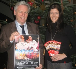 Johannes Kaspers, Leiter Marketingabteilung der Kreissparkasse Altenkirchen und Désirée Birk, 2. Vorsitzende Kinderkrebshilfe Gieleroth.