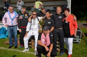Sommerfest 2014: Glückwünsche für das Siegerteam aus Birnbach gab es von der Vorsitzenden Jutta Fischer (rechts) und Schirmherr Bodo Richter (links). Fotos: Manfred Hundhausen