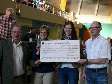 Der REWE-Cup 2016: Es konnte die enorme Summe von 30.768,-€ an die Freunde der Kinderkrebshilfe Gieleroth übergeben werden.