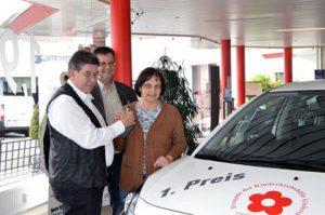 Rainer Ramseger übergab die Schlüssel an Ulrich Fischer und Gabi Fischer vom Vorstand der Kinderkrebshilfe. Foto: kkö