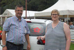 Sommerfest 2016: Gewinnerin des Hauptpreises, Daniela Mergardt bekam den Schlüssel zum neuen Auto von Uli Fischer überreicht. Jetzt heißt es den Führerschein machen. Fotos: kkö
