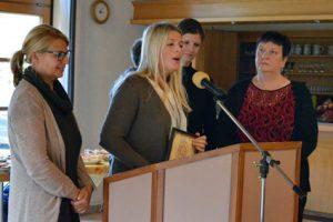 Die Empfänger der Spenden bedanken sich bei den Organisatoren, rechts im Bild, Jutta Fischer, Vorsitzende des Vereins. Fotos: kkö
