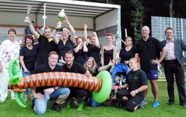 Comicwelt: Das Dream-Team holte den Pokal beim diesjährigen Sommerfest, Vorsitzende Jutta Fischer (links) und Schirmherr Dr. Ralf Kölbach (rechts) überreichten den Pokal. Fotos: kkö